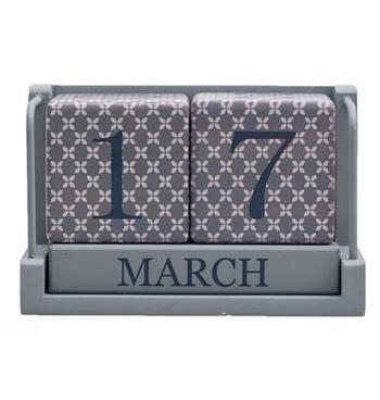 Kalender i trä mönstrad